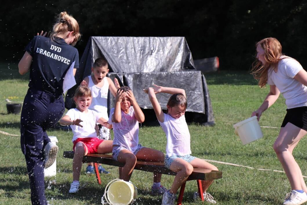 Mališani su se odlično zabavili uz vatrogasne igre